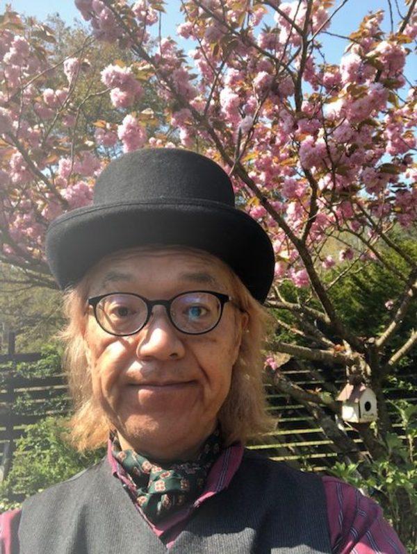 今日も桜は満開🌸 今日もマッドハッターに変身して皆さまを不思議の国へご案内します。「アリスお帰り」❣️