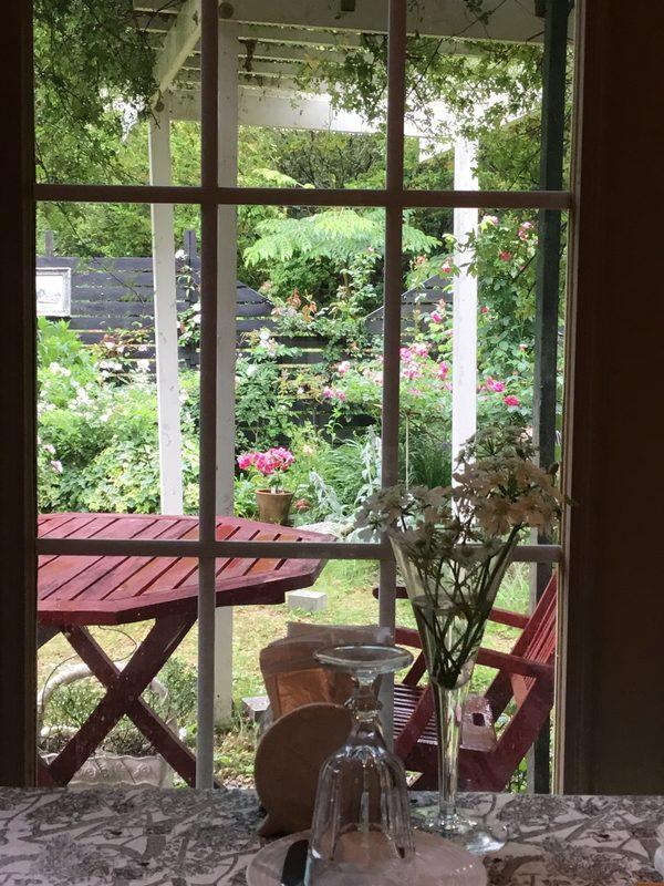 不思議の国のアフタヌーンは人気者❣️今日は雨の日曜日、しっとり庭を眺めてくつろぎのひと時を❣️
